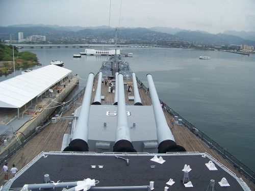 800px-USS_Missouri_watching_over_USS_Arizona_-_Pearl_Harbor